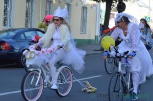 Девушки в свадебных платьях на велосипедах в Пинске