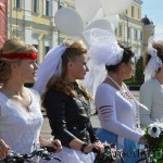 Нарядные женщины на велосипедах